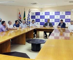 Vereadores acompanham assinatura de contrato de gestão do Hospital de Clínicas Sul