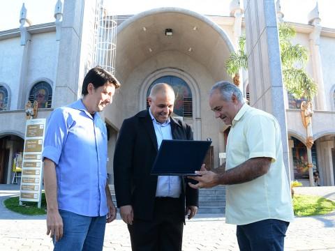 Vereadores entregam Medalha Cassiano Ricardo para a Paróquia Espírito Santo
