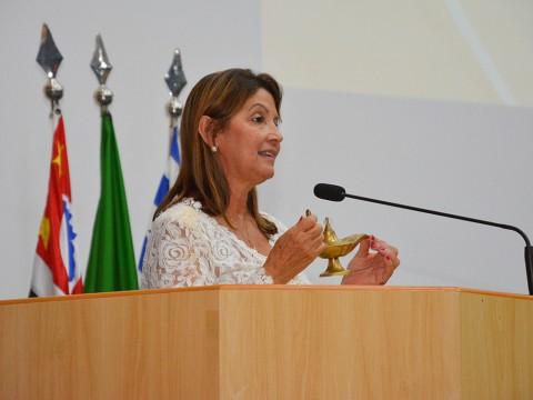 Câmara entrega título a enfermeira por trabalho social na área da saúde