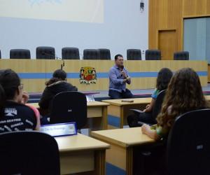 Lei municipal motiva alunos a conhecer o trabalho legislativo pelo programa Visite a Câmara