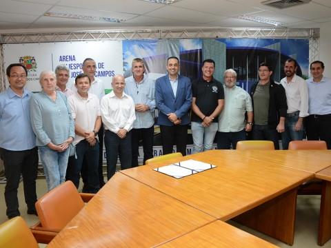Vereadores acompanham assinatura de contrato para concluir obra da Arena