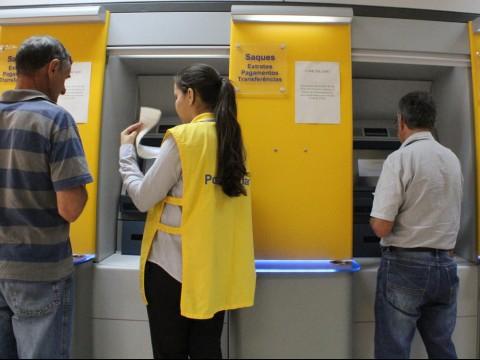 Funcionário para ajudar no autoatendimento pode se tornar obrigatório nos bancos