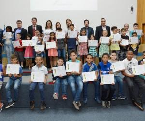 Câmara homenageia Faculdade Bilac por curso de alfabetização gratuito